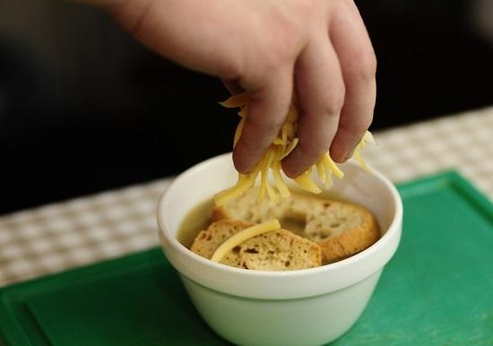 Натрем сыр и посыплем полученной массой супчик