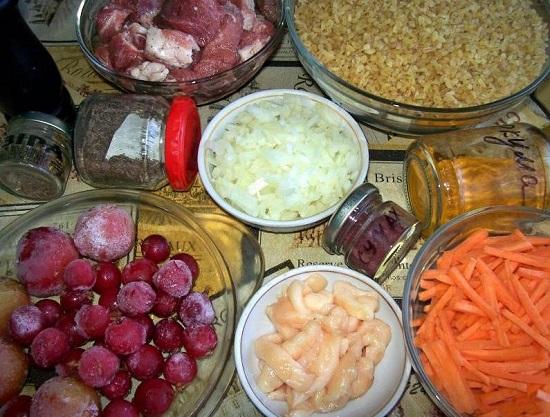 Очищенные морковь и лук нашинкуем
