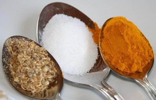 добавляем в супчик молотую куркуму, кориандр, а также соль