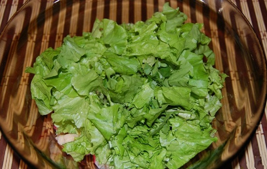 выкладываем измельченные салатные листья