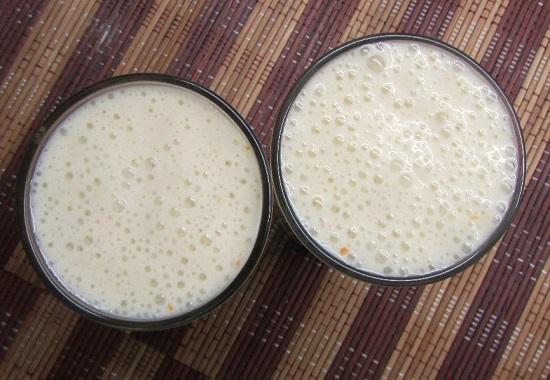 Переливаем в стаканы молочный коктейль