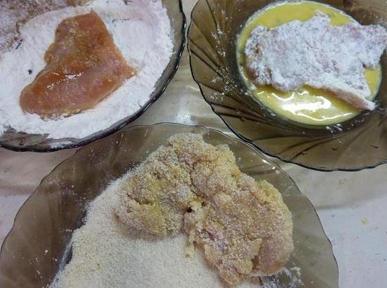 Обваливаем мясо в сухарях