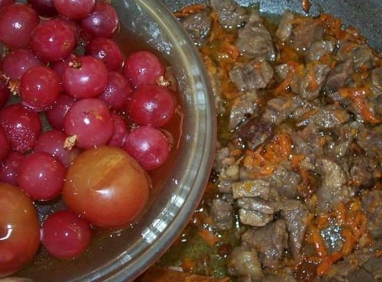 Добавляем в сковороду ягоды
