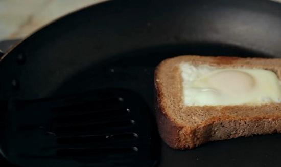 Обжариваем яичницу