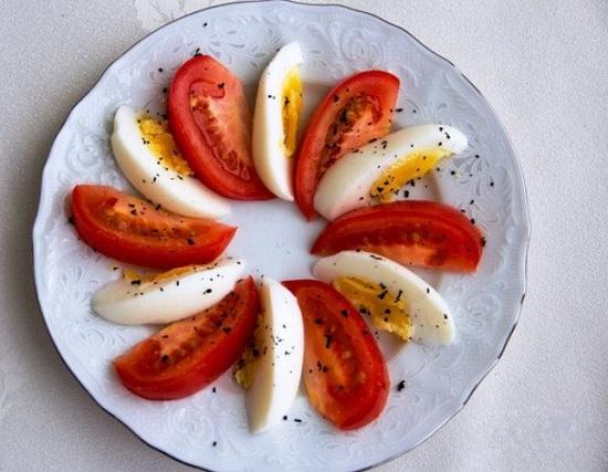 раскладываем томатные и яичные дольки