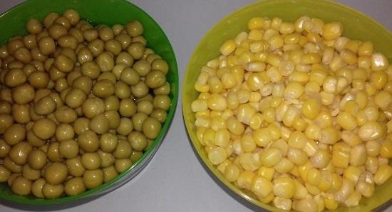 сливаем с консервированного зеленого горошка и десертной кукурузы сок