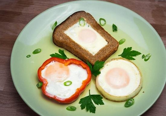 Как приготовить обычную яичницу