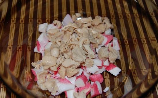Сцеживаем с консервированного кальмарового филе сок