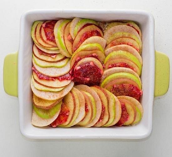 В соус послойно выкладываем фрукты