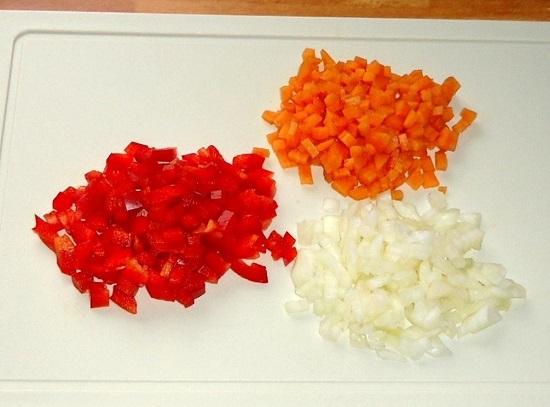 очищаем овощи и шинкуем их