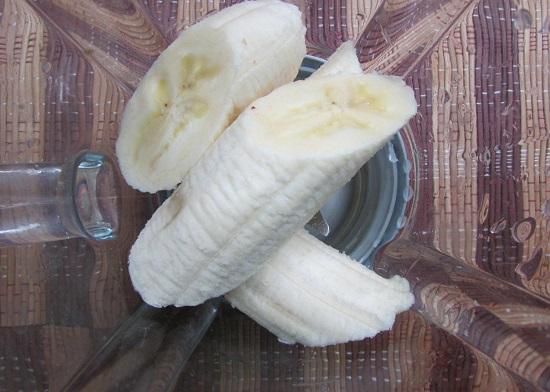 Банан очищаем от кожуры