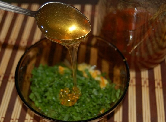 В соус добавляем мед