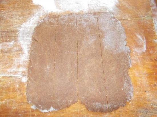 Разрезаем получившийся пласт из гречишного теста