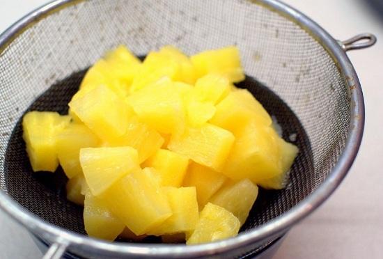 С консервированных фруктов сцеживаем сок