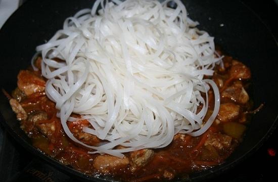 выкладываем рисовую лапшу