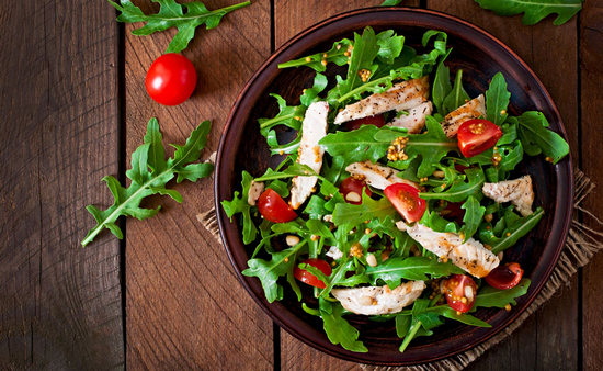 салат из рукколы с курицей