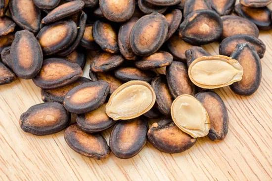 В чем польза и вред арбузных семечек?