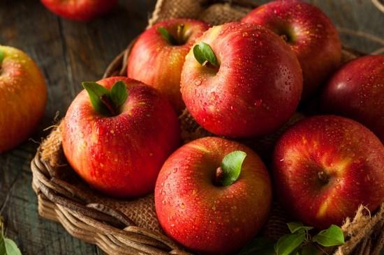 красные яблоки: польза и вред