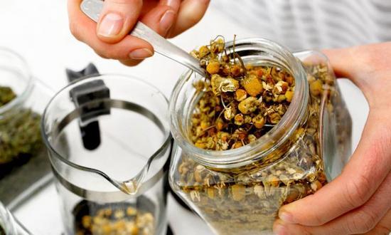 Как приготовить чай из аптечной ромашки?