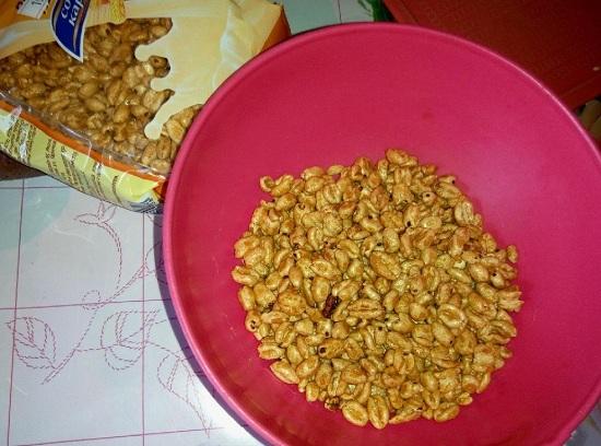 пересыпаем воздушную пшеницу