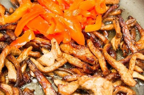 ломтики сладкого перца с мясом и грибами