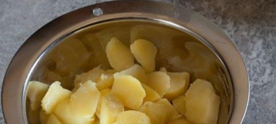 Соединим картофельные кусочки с перчиком и чесночными дольками