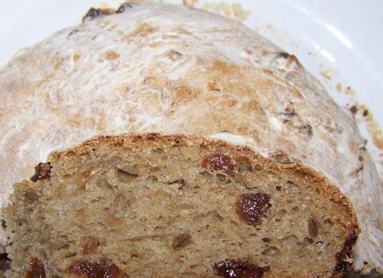 Хлеб с добавлением изюма и подсолнечных семечек