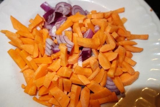 Очищенные луковицы нарезаем меленькими кубиками