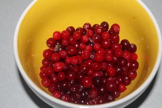 Размораживаем клюквенные ягоды