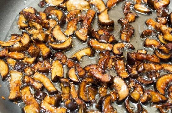 обжариваем японские грибы
