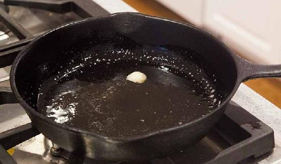 Прогреем сковороду и растопим в ней бекон
